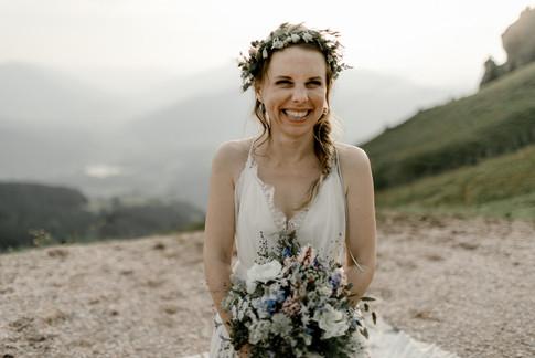 Michaela bei unserem Shooting in Kitzbühel mit den wunderschönen Blumen vom Blumenfenster Dachau, perfekt passend zur Berglocation mit Enzian Foto: Gloria Schwan Fotografie