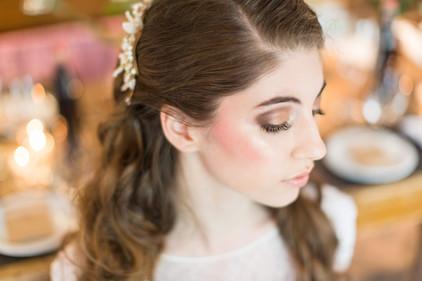 Hier sieht man ein schönes, natürliches Braut-Make-up an der lieben Julia, ganz zu ihrem Farbtyp passend alles in warmen Braun- und Goldtönen, die Frische in ihr hübsches Gesicht zaubern   Foto: Barbara Meyer-Selinger