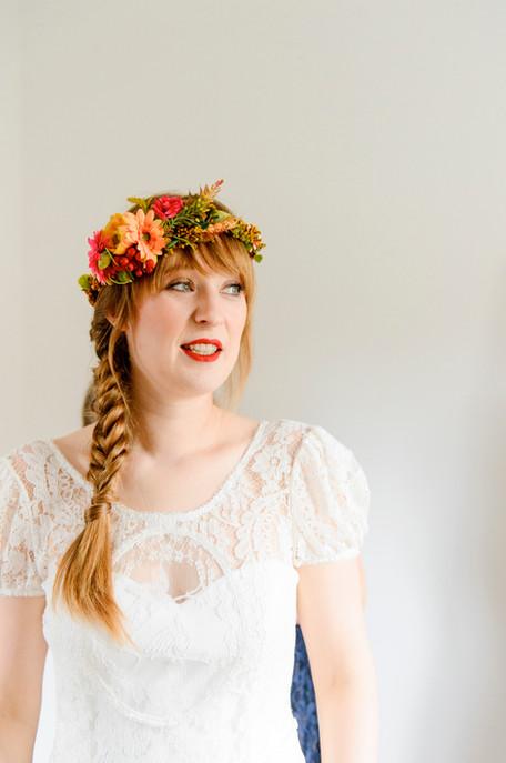 Die liebe Patricia hat sich passend zu ihren rötlichen Haaren und ihrem Porcelan-Teint den Bohemian-Stil für ihr Styling ausgesucht, da durfte ein Fischgrätzopf natürlich nicht fehlen, gekrönt von dem tollen Blumenkranz, dessen Farben haben wir auf den Lippen und den Nägel wieder aufgenommen  Foto: blende11fotografen
