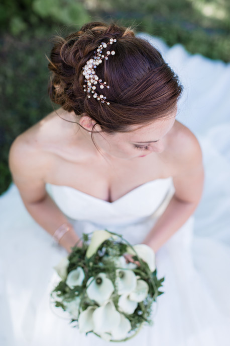 Meine Braut Helena war eine klassische Braut, die sich eine Hochsteckfrisur gewünscht hat, die trotzdem richtig viel Volumen hat, weshalb ich hier mit zusätzlichen Clip-in-Extensions gearbeitet habe.