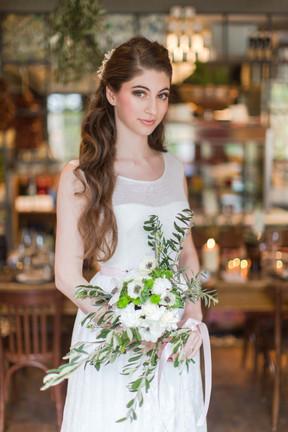 In Julia´s unglaublich lange und dicke Haare habe ich passend zum Thema der Italian Wedding lockere Wellen gedreht, die selbstverständlich gut gehalten haben und ein typgerechtes Braut-Make-up geschminkt  Foto: Barbara Meyer-Selinger