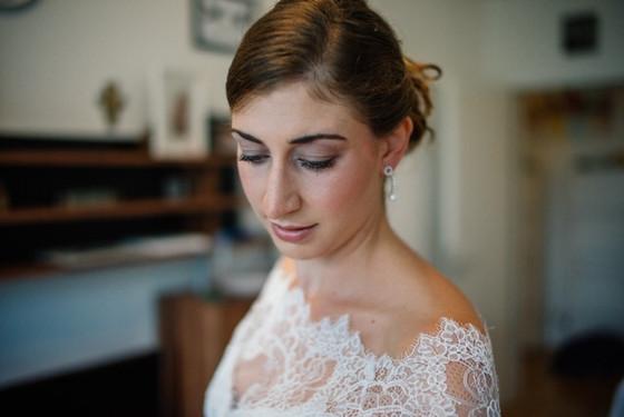 Die liebe Elke hat abgestimmt auf ihr edles Spitzenkleid ein klassisches Make-up und eine Steckfrisur mit einem Perlen-Headpiece bekommen.