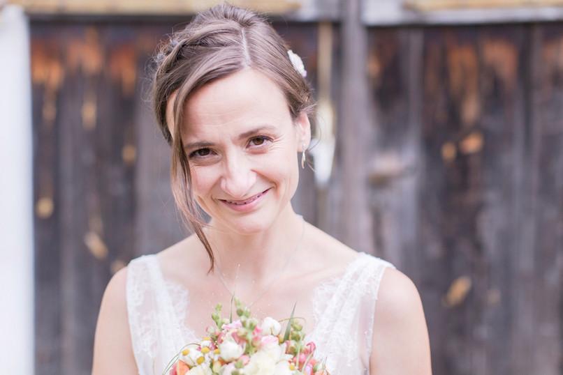 """Ariane hat sich für ihre Vintage-Hochzeit ein natürliches Make-up und eine praktische Frisur gewünscht, damit sie sich auch am Hochzeitstag um ihre beiden kleinen Kinder kümmern kann. Ihr Feedback kannst du unter """"Referenzen"""" lesen  Foto: Barbara Meyer-Selinger"""