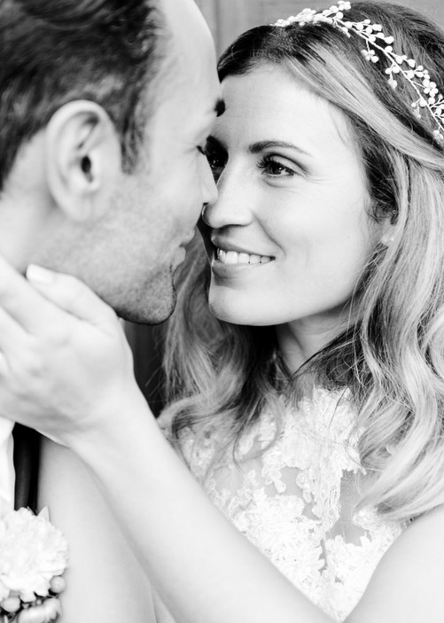 Stefanie war ein natürliches Make-up und Haarstyling wichtig. Das einzigartige Headpiece passt perfekt zum Kleid und dem Stil der Braut und ist von La Chia, die in feiner Handarbeit wunderschöne Teile anfertigt.