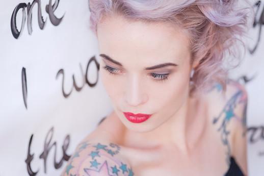 Astrid´s Haarfarbe habe ich im Lidschatten mit aufgenommen und ihre sinnlichen Lippen mit einem kräftigen Rotton betont. Das relativ kurze Haar habe ich mit dem Lockeneisen gewellt und seitlich nach hinten gesteckt.  Foto: Barbara Meyer-Selinger