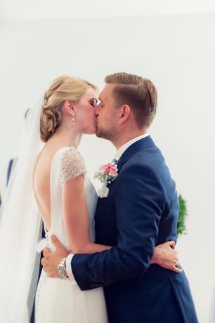 Passend zum Kleid hat meine Braut sich eine geradlinige Frisur gewünscht