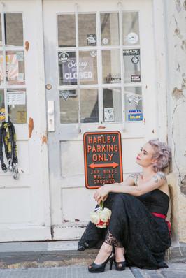 Eine Braut muss nicht immer Weiß tragen! Für unser Styled Shoot zum Thema Rock-Wedding hat Astrid in ein schwarzes Kleid von La Robe Marie schlüpfen dürfen und die Farbe ihrer Haare habe ich im Lidschatten aufgenommen. Das relativ kurze Haar habe ich mit dem Lockeneisen gewellt und seitlich nach hinten gesteckt  Foto: Barbara Meyer-Selinger