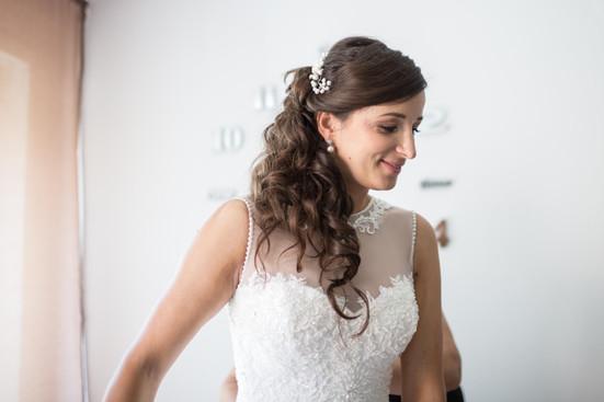 Livia hat sich für eine seitliche, halboffene Frisur entschieden, denn ihr Kleid hat einen wahnsinnig schönen Rückenausschnitt, den wir so mit den Haaren nicht verdeckt haben. Eine geschlossene Frisur kam für sie nicht in Frage, da sie im Alltag meistens ihre Haare offen trägt und sie sich so am wohlsten fühlt  Foto: privat
