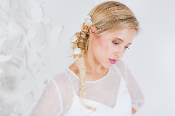 Beim Kollektions-Shooting 2017 für das Brautmodengeschäft La Robe Marie aus München durfte ich verschiedene Looks stylen, hier sollte passend zum Kleid ein junger Look entstehen, das Make-up durfte dementsprechend auch ein bisschen mehr sein  Foto: Barbara Meyer-Selinger Model: Julie March