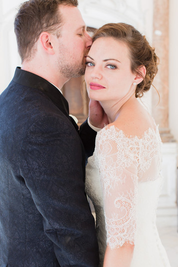 Meine Braut Helena hat sich bei den Lippen an ein kräftigeres Pink getraut, was ihren Schneewittchenteint strahlen lassen hat und perfekt zu ihren Augen gepasst hat!  Foto: Barbara Meyer-Selinger Fotografie