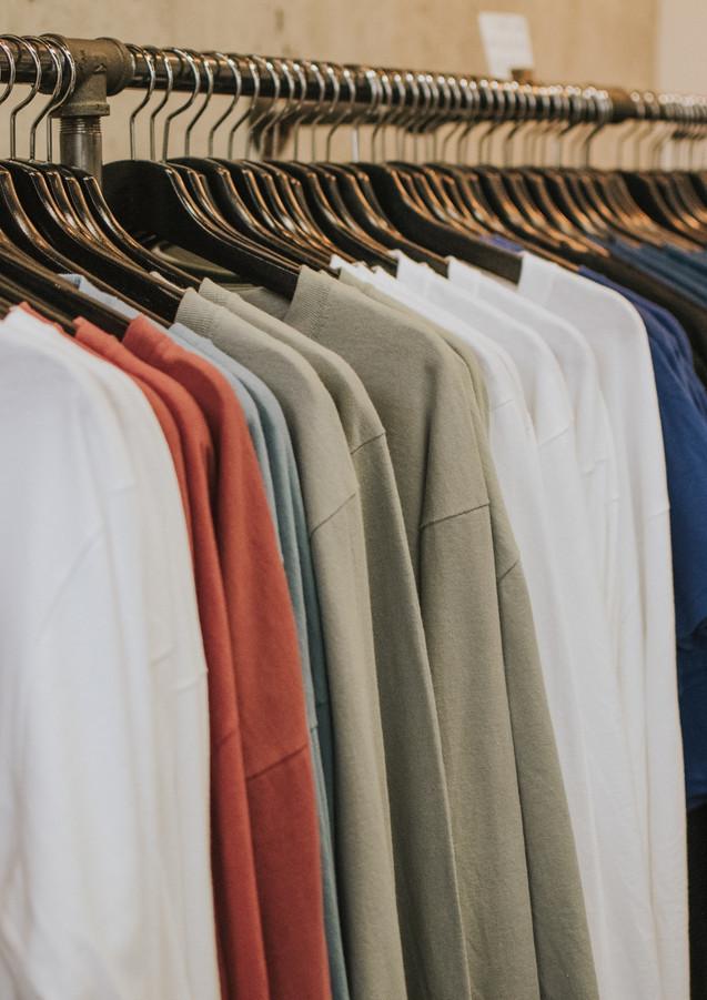 Kleiderstange_mit_Shirts_aufgehängt