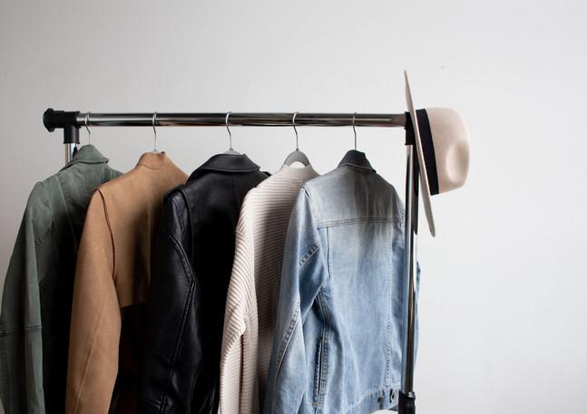 Kleiderstange_Jacken_mit_Hut