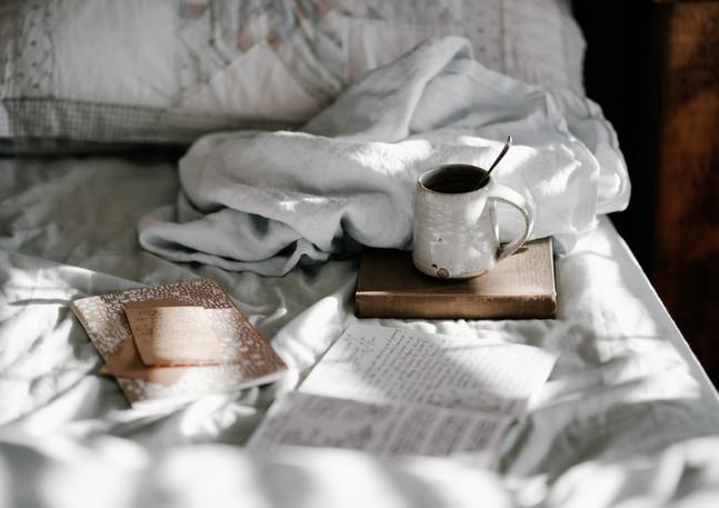 Schlafzimmer_Bett_mit_Kaffee.jpg