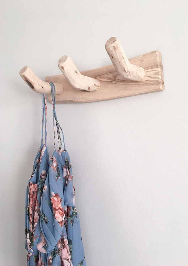 Kleid_hängt_an_Wandhaken