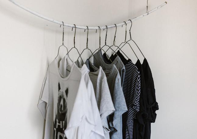 Kleiderstange_dünn_Shirts