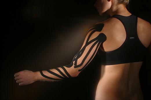ספורטאים רבים סובלים מפציעות ישנות או חדשות כאשר קינזיו מעניק להם יכולת לחזור לאימונים ולתפקד כמעט ללא שינוי, כמו כן להפחית עומס מופעל על השרירים ולשפר טווחי תנועה וסיבולת    שיטת הקינזיו טייפינג עוזרת לניקוז לימפתי כדי להוריד נפיחות מנקעים