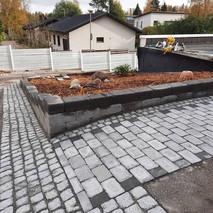 Betonimuuri, noppakiveystä ja betonikiveystä.jpg