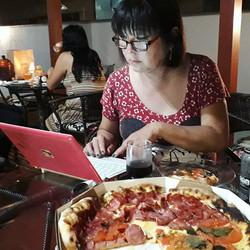 A Meire Tumura não descansa nem na hora da pizza