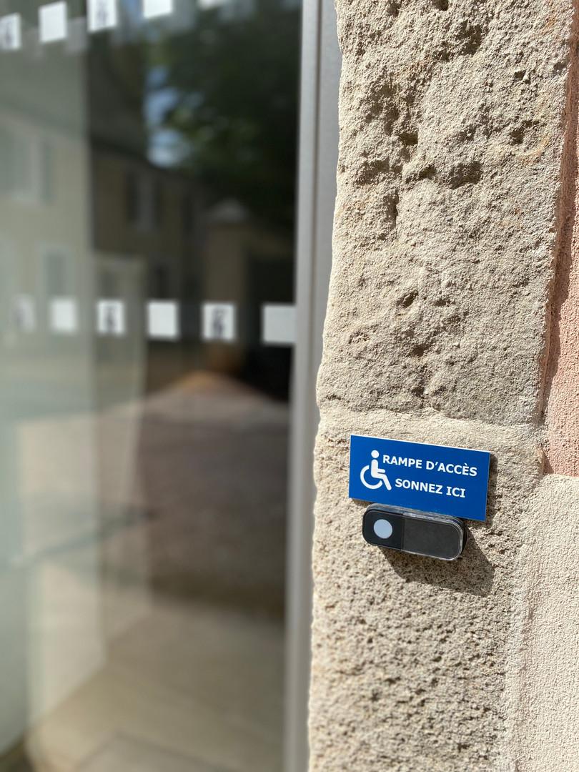 La cabinet possède un accès PMR en cas de nécessité