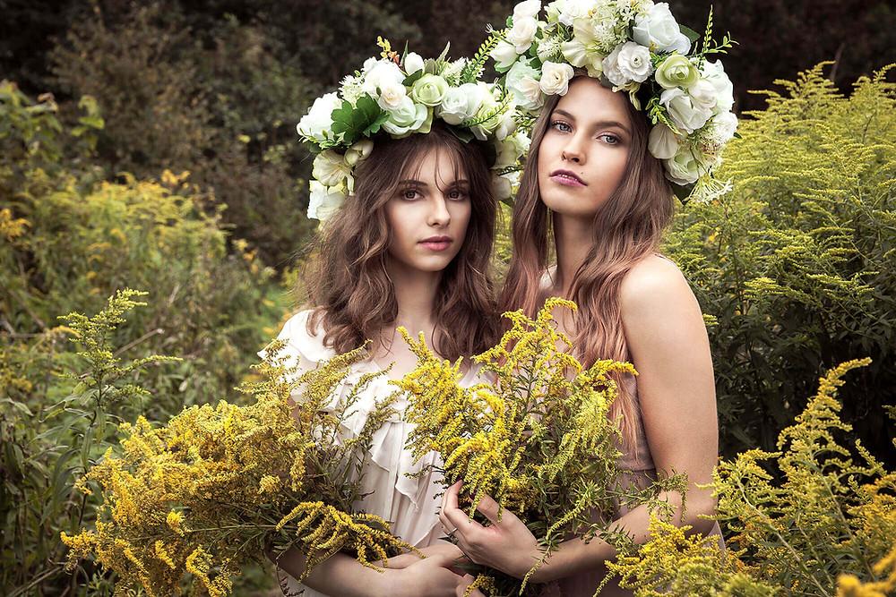Portret modelek w wiankach na głowie wśród żółtych kwiatów