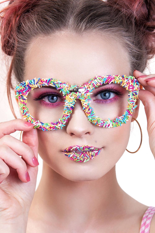 cukierkowa sesja zdjęciowa z kolorowymi okularami i posypką na ustach
