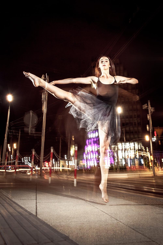 Sesja taneczna w centrum miasta nocą, w tle Kaponiera i Bałtyk