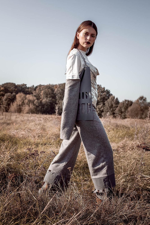 Dynamiczna poza w sesji fashion, szaro-srebrna stylizacja