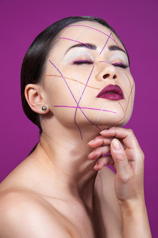 Modelka beauty z zamkniętymi oczami w brokatowej stylizacji