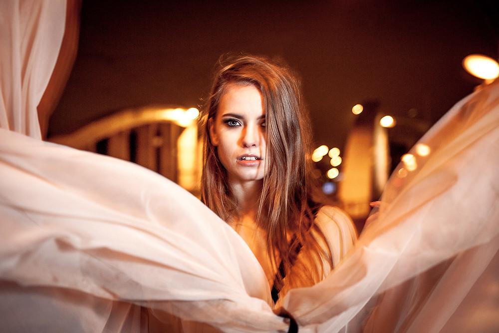Portret modelki w rozwianej sukni wieczorowej