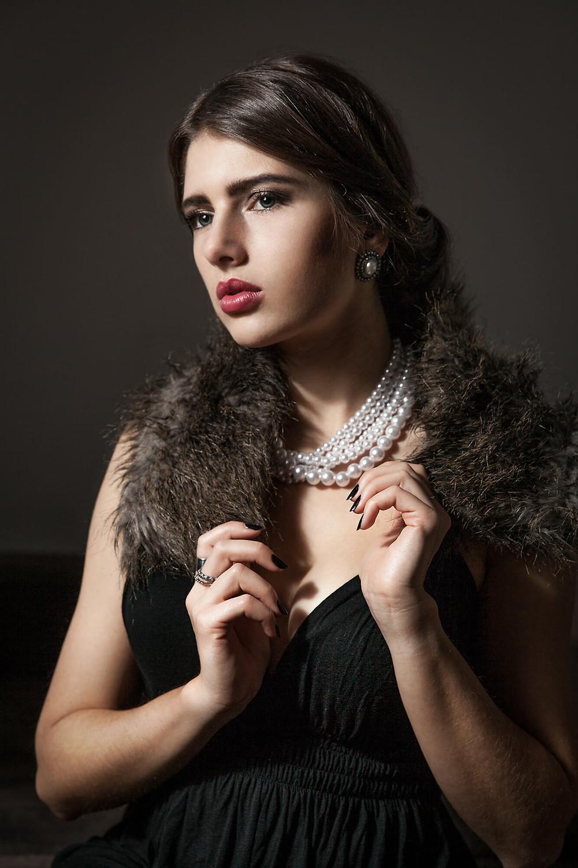 Portret zamożnej kobiety, stylizowana sesja zdjęciowa, kobieta w perłach
