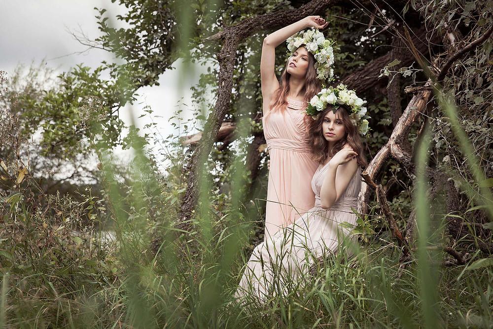 Dwie modelki wśród dzikiej roślinności pozują jak nimfy
