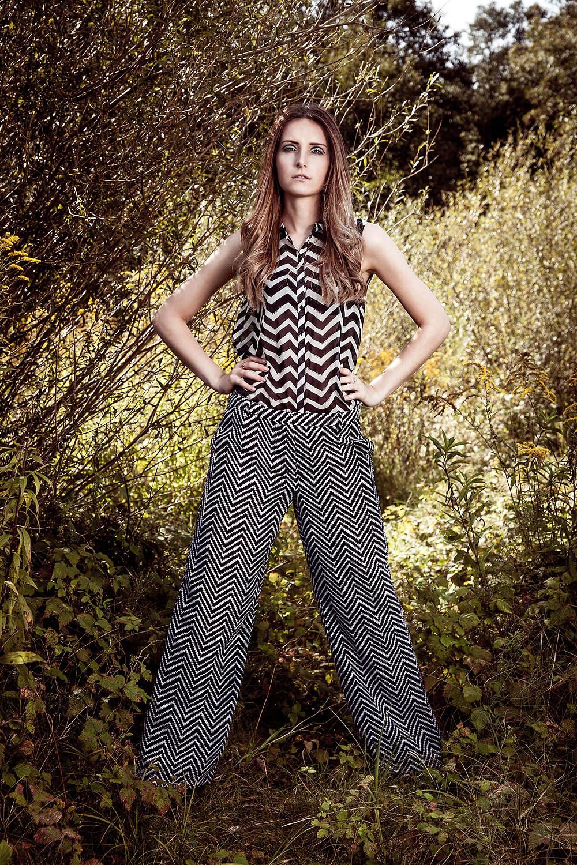 Sesja mody, modelka w wyrazistej, czarno-białej kreacji