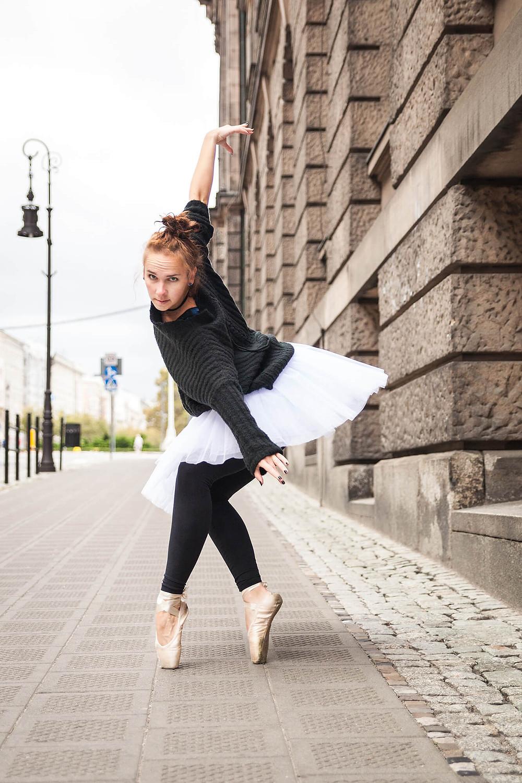 Baletowa sesja zdjęciowa, tancerka w pozie na pointach