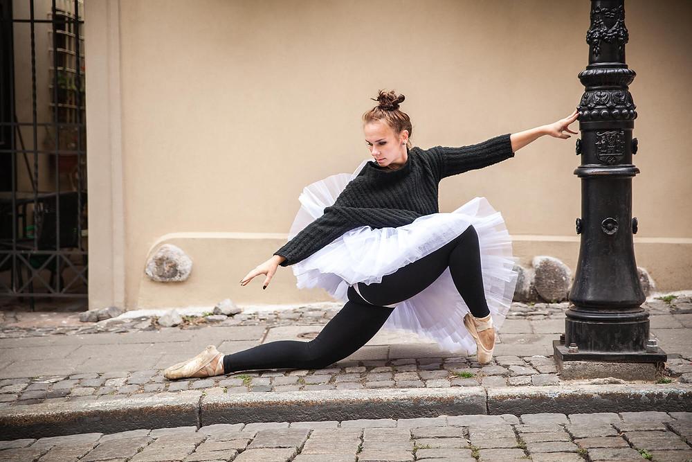 Baletnica w białej paczce i czarnym swetrze, sesja baletowa w Poznaniu