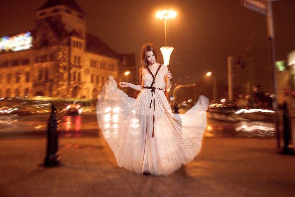 Nocny edytorial na ulicach miasta, rozwiana, wieczorowa suknia