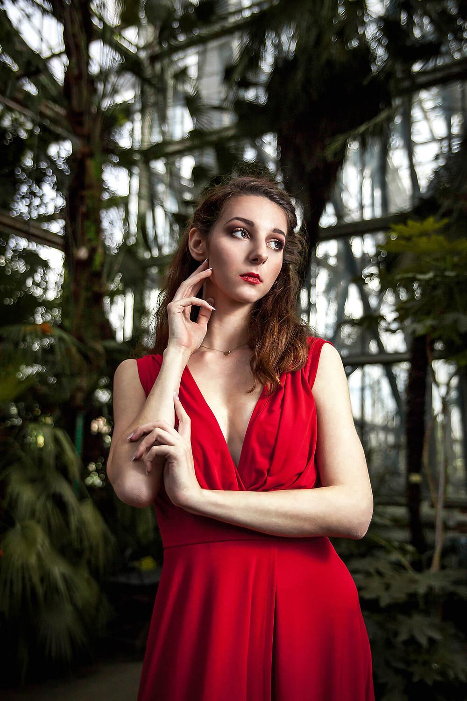 Portret pięknej modelki wśród palm w palmiarni