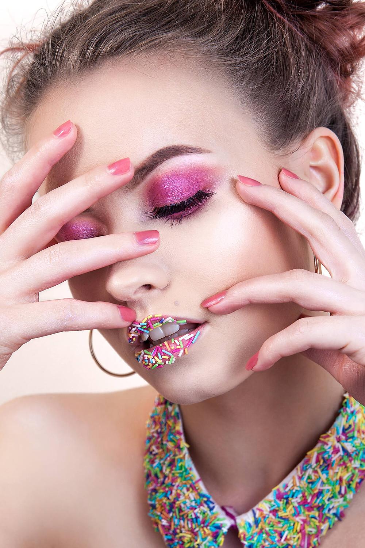 Piękna modelka, różowy makijaż i cukrowa posypka