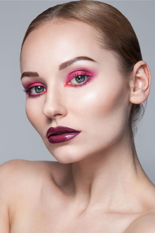 Piękny portret beauty, modelka o wyrazistej urodzie w mocnym, różowym makijażu