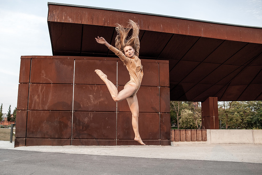 Skacząca tancerka, sesja zdjęciowa o świcie w Poznaniu