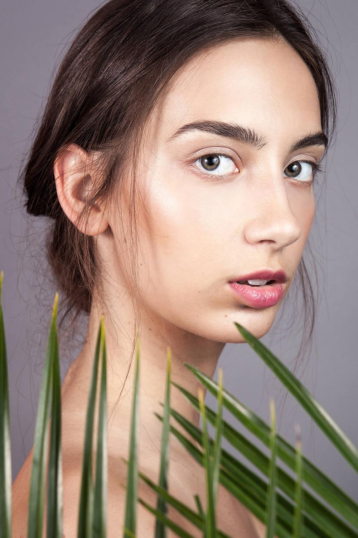 Modelka z nieskazitelną cerą w naturalnej sesji beauty