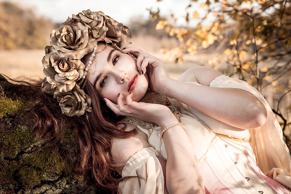 Jesienny portret dziewczyny w koronie ze złotych róż
