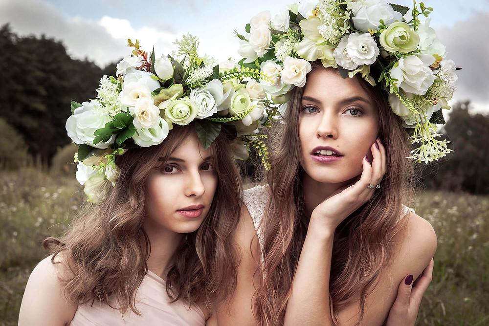 Bliski portret 2 modelek w kwiatach