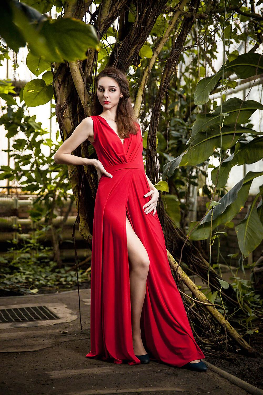 Edytorial wśród egzotycznej roślinności, czerwona, długa suknia