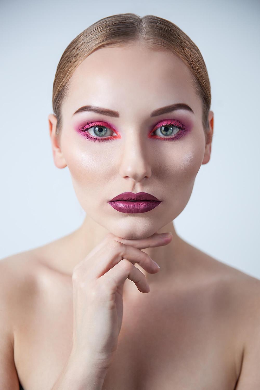 Różowy makijaż,jagodowe usta i wygładzone włosy, studyjna sesja beauty