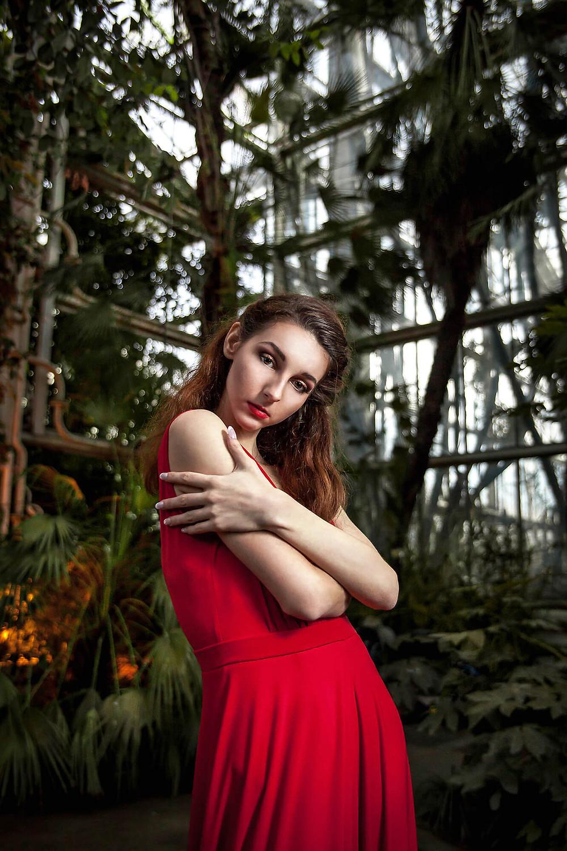 Modelka wśród palm, oryginalna sesja mody