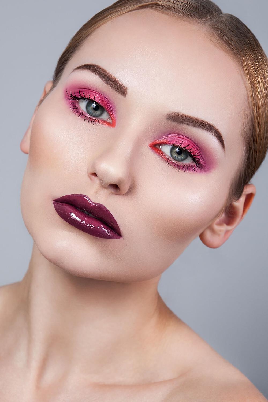 Prosta sesja beauty z różowym makijażem