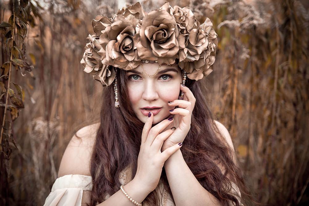 Tajemniczy portret pięknej dziewczyny w koronie ze złotych róż