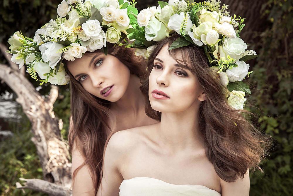 Portret 2 modelek z rozwianymi włosami, eteryczna sesja zdjęciowa