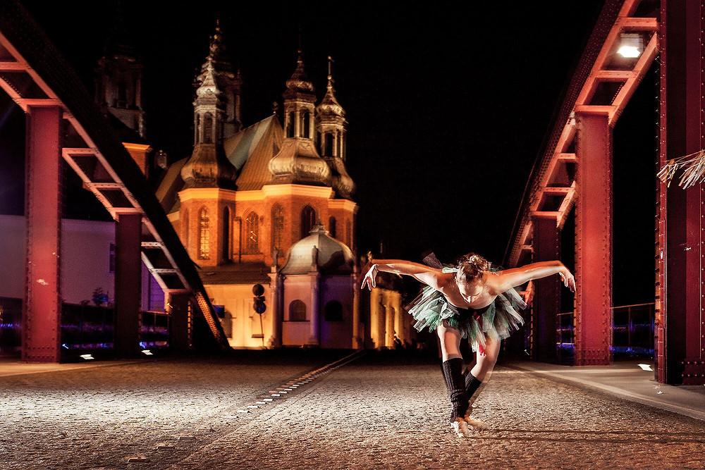 Ballerina w pozie, nocna sesja zdjęciowa z katedrą w tle