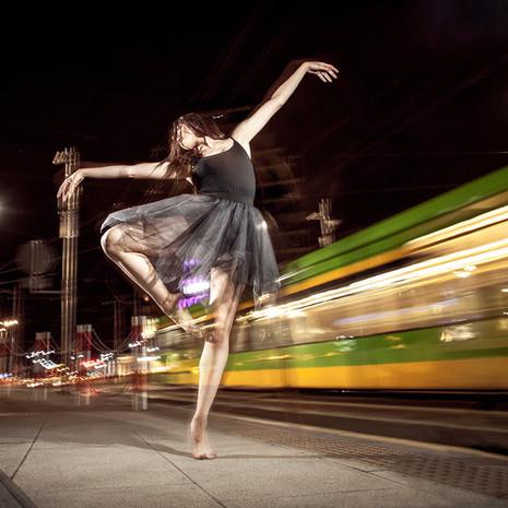 taniec-jazz-sesja-zdjeciowa-miasto-noca-